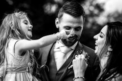 Leuk momentje tussen bruidegom en zijn dochter