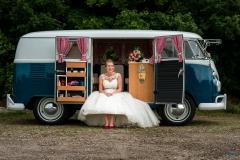 Bruid wacht op bruidegom in de trouwauto