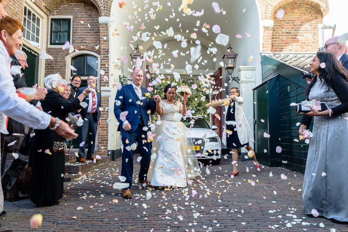 Bruiloft bloemblaadjes strooien trouwreportage trouwlocatie kasteel montoort