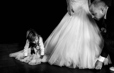bruidskinderen-bruidegom-helpen-bruid-met-jurk