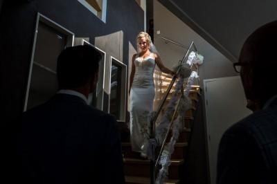 Firstlook - Prachtig bruid komt van de trap