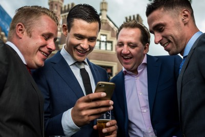 Mannen onder elkaar op de bruiloft