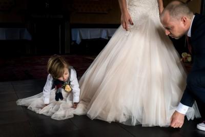 Zoontje help met de trouwjurk -Beau Nijmegen
